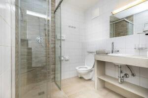 Badezimmer des Doppelzimmer Lackenkogelblick
